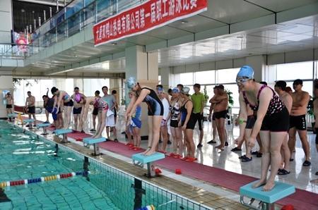 双鸭山热电公司举办职工游泳比赛促健康快乐